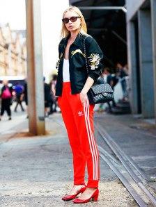 street-style-calca-adidas-camiseta-branca-jaqueta-bomber-chanel-scarpin