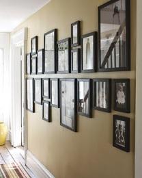 casa-com-corredor-decorado-varios-quadros