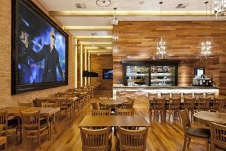 o-uso-da-madeira-e-predominante-no-projeto-inclusive-as-mesas-sao-feitas-desse-material-destaque-para-as-versoes-com-tronco-que-sao-marca-registrada-da-rede-de-restaurante