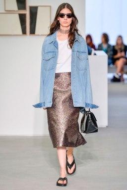 vitorinocampos-spfw-verao-jaqueta-jeans-oversized-com-saia-glitter-gargantilha-maxi-passarela