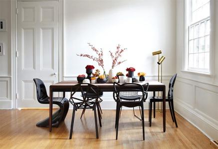 2-cadeiras-pretas-mesa-marrom