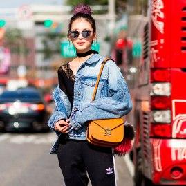 jaqueta-caida-ombro-street-style-look-170410-113903